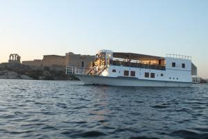 Le Queen Tiyi à l'approche de l'île de Khor Ingi